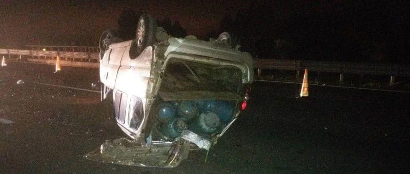 吓人!面包车里竟然装了47个煤气罐,来柳高速路上爆胎翻车,结果…