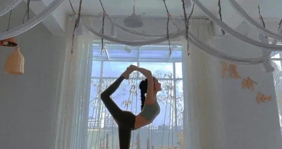 这位注重身材管理的健身达人,每天坚持练瑜伽,不难看出她的专业