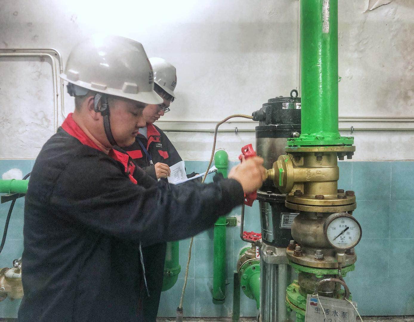 泵房蒸桑拿,天台暴晒查水箱,家家户户的用水安全这样来保障