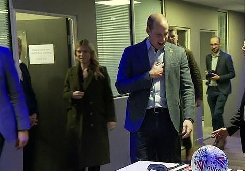 威廉王子参观足球俱乐部,喜获贴心礼物,家中三个小孩人手一份