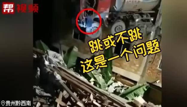 """水泥罐车""""太冲动""""!撞进路边牛肉粉馆,司机惊险跳下"""