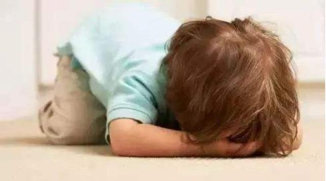 宝宝在地上打滚半个小时和妈妈僵持,网友:动作真熟练