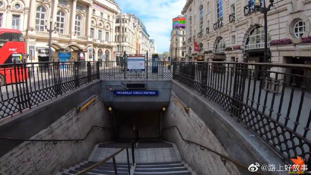 英国伦敦封城后的皮卡迪利圆环地铁站……