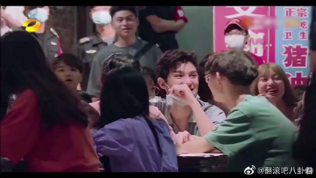 王耀庆喊黄明昊~ 舅舅,你吓到隔壁桌女生了!!!