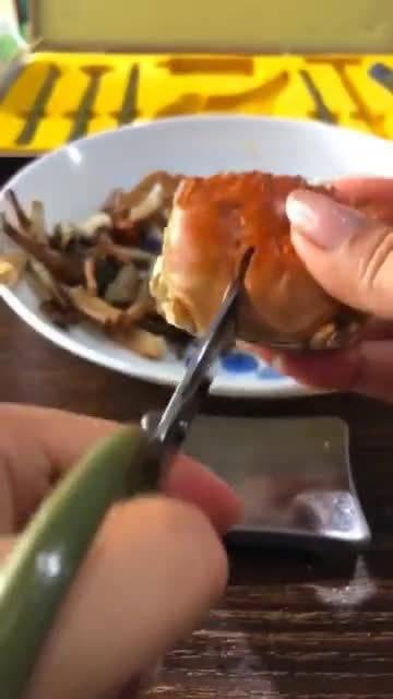 吃龙虾就够麻烦的了,却没想到吃大闸蟹更麻烦!我真是太难了!