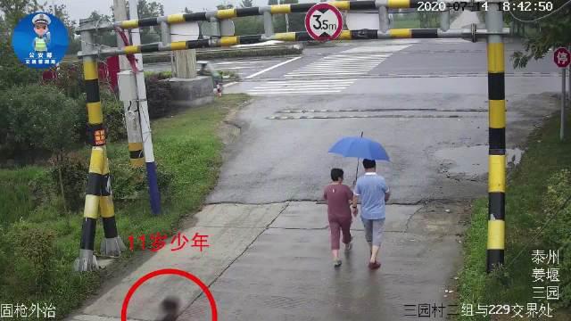 7月14日下午,江苏泰州。一名11岁男孩和母亲一前一后横穿公路……