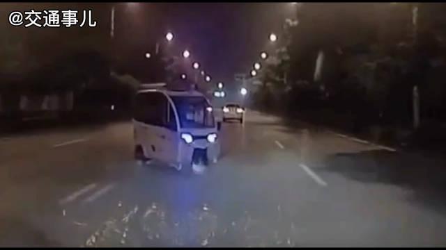 老年代步车突然拐弯撞上直行小轿车……
