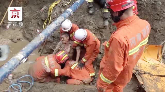 河南平顶山施工现场塌方三人被埋 消防员接力手刨救人
