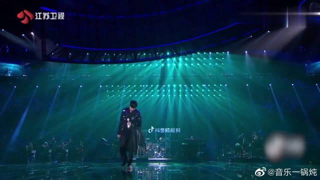 林俊杰演唱《她说》,加上现场乐器伴奏,就像欣赏了一场音乐盛会