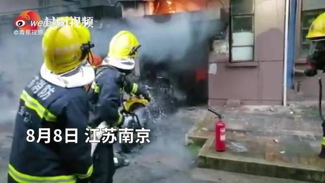 南京一小区楼道内电动车起火致3死 初查系电动自行车失火