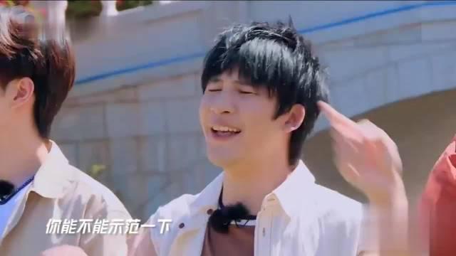 钱枫自嘲自带游泳圈,王一博刚骑上水上自行车枫哥就开始使坏
