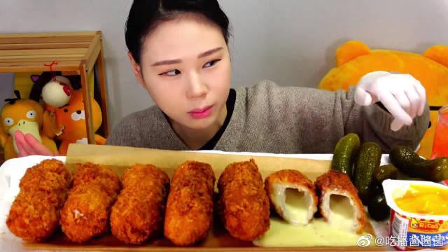 """韩国大胃王卡妹,吃""""爆浆芝士猪排"""",蘸着调味酱,搭配腌黄瓜……"""