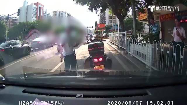 """摩托车违规占用车道阻碍交通,小车鸣笛示意,却被""""亮剑""""威胁"""