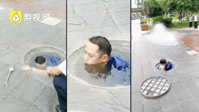 不关半个县城将停水!男子钻窨井潜水关消防阀门