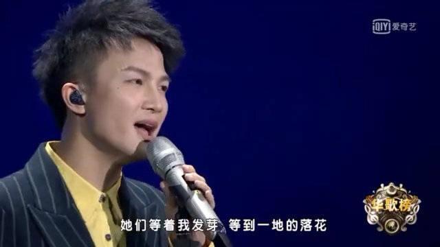 《蓝色降落伞》现场版,那个青涩的男孩,在岁月里那么孤单。他嘴角的那根烟,忽明忽暗地走远。蓝色的降落伞……