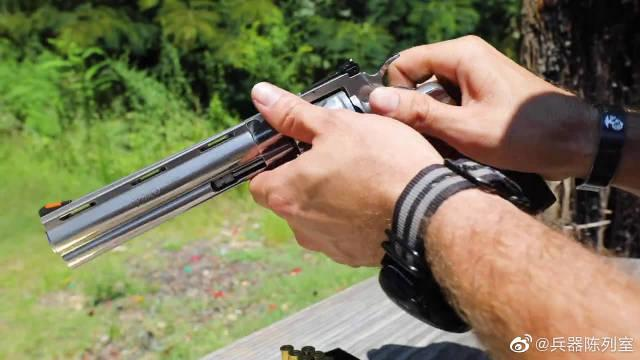 柯尔特巨蟒左轮手枪,银色枪身越看越漂亮,性能威力更是没的说!