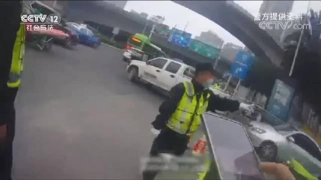 """贵阳街头惊现""""齐天大圣"""",因骑车未佩戴头盔被罚"""