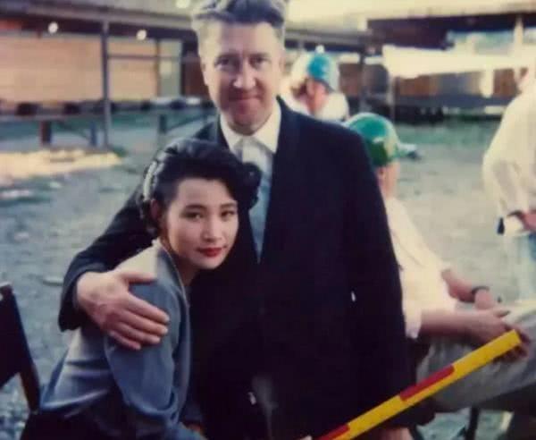 57岁陈冲一家近照,两女儿颜值比她还高,丈夫的相貌却一言难尽