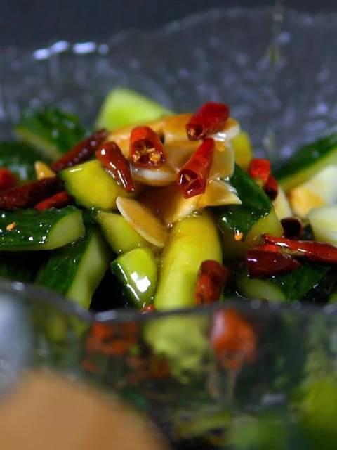 酸辣脆嫩的炝拌黄瓜,比拍黄瓜好吃多了,瓜瓤都是一道菜