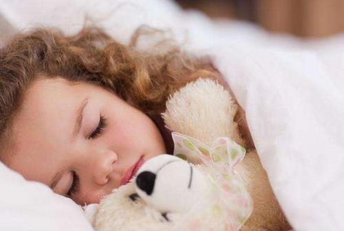 5岁儿子睡双人床还说挤,妈妈觉得不对劲,查完监控后忍不住大哭