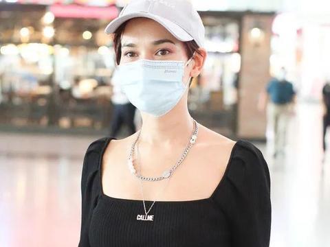 35岁卢靖姗婚后大变样,中性短发配优雅穿搭走机场,越来越像老公
