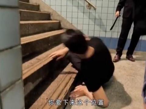 58岁刘德华亲自滚楼梯教群演演戏,亲身示范表演动作,被赞太敬业