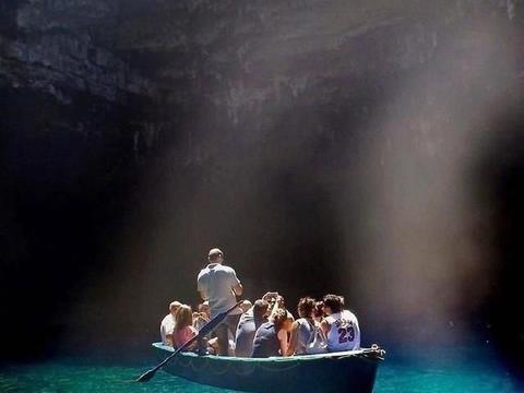 一场地震中,梅利萨尼岩岩洞洞顶部坍塌,露出了地下海水