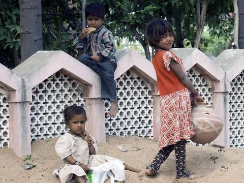 中国游客到印度旅游,却被当地小孩追要钱,不给可能会被石头砸