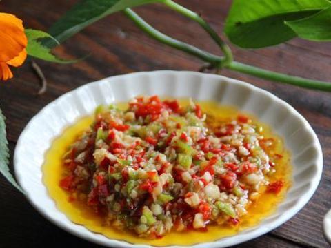 秋季,红辣椒大量上市了,教你做蒜蓉辣椒酱,蒜香浓郁,辣味清新
