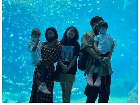 修杰楷一家去海洋馆玩,梧桐妹贾静雯甜蜜亲亲,咘咘为何心事重重