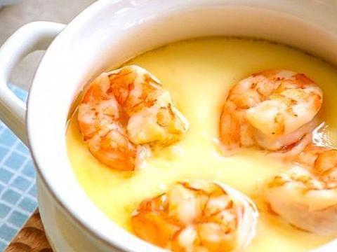 蒸鸡蛋羹,蛋液搅好后万不可直接蒸,多加一步,鸡蛋好吃嫩滑