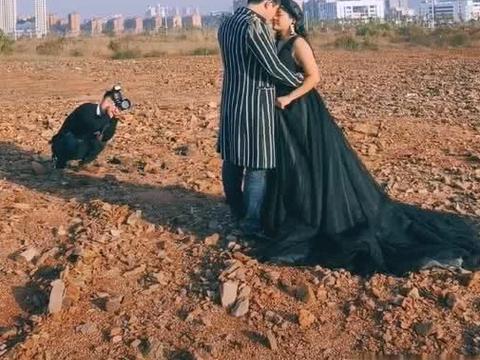 """奇闻:胖新娘大胆尝试""""黑婚纱"""",表情动作僵硬,摄影师无奈"""