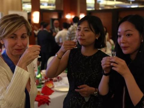 荷兰大妈中国度假,对这画面很好奇:你们天天能喝这么贵的东西?