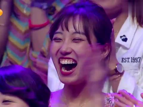 谢娜模仿王一博肖战跳舞,一个动作让王一博笑弯了腰,真是小可爱
