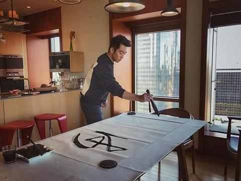 带大家看看郑恺豪宅,家里收拾比样板房还干净,喜欢在家练毛笔字