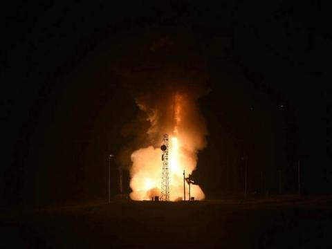 凌晨传来巨响,美军突然发射一枚洲际导弹,直奔太平洋中部飞去