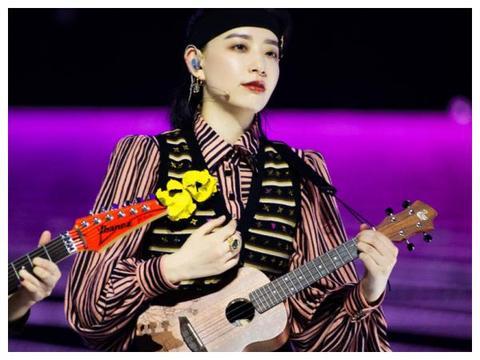 《浪姐》晒姐姐们造型照,万茜抱吉他帅气,宁静组魅力十足