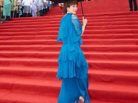 44岁马伊琍太敢穿,一袭蓝色纱裙走异域风情,设计夸张全靠颜值撑