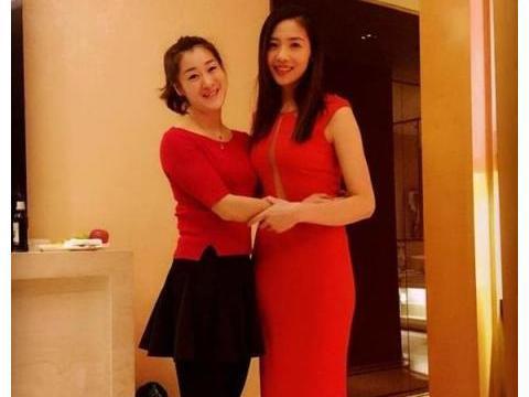 魏秋月大红礼服,姿态优雅,礼服一道缝开到肚脐,身材好为所欲为