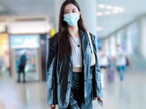 宋妍霏分手现身机场,为证明自己身材好,穿西装直接内搭露脐衫