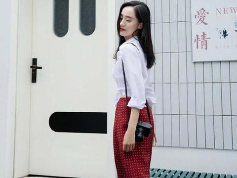 王智化身文艺女神,露脐白衬衫搭配复古红裙,穿出优雅摩登范儿