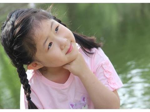 8岁童星坐评委席,点评犀利惹争议,经纪人回应:你们有她出名?