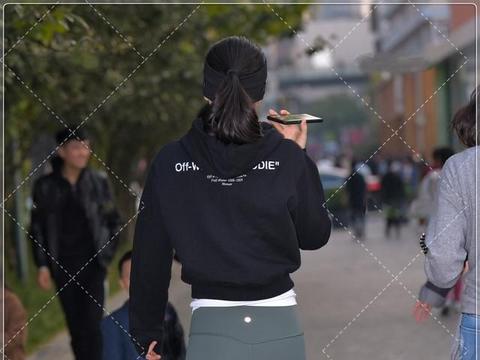 黑色短款卫衣,搭配白色内搭,青春活力十足