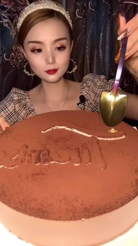 甜品小花儿:吃巧克力慕斯蛋糕
