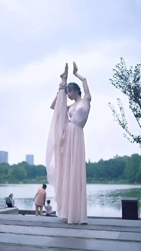 舞蹈系的女孩子,这舞姿就很优美