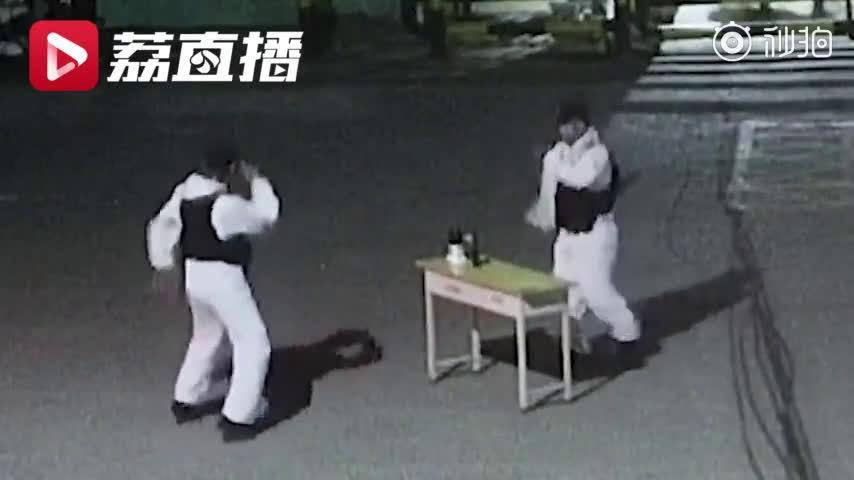 防疫民警凌晨交接班现场斗舞,网友:苦中作乐,可可爱爱!
