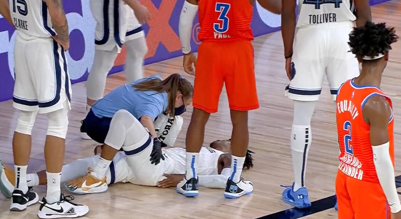 【影片】太暖心!莫蘭特對抗橫著摔倒地上,保羅第一時間趕緊上前關心!-籃球圈