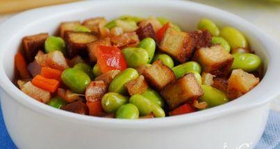 毛豆鱿鱼茶干,肥肠烧豆腐,柿子椒炒鱿鱼圈,红烧翅根煲的