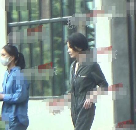 51岁王菲近照爆出,穿连体裤似小姑娘,神态样貌和谢霆锋非常像