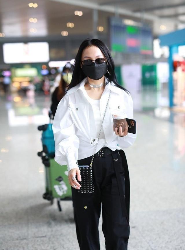 张韶涵真难为她了,为秀腰穿衬衫打结腰带扣到长出一截,看着都勒